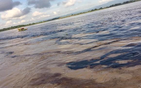 mancha-de-petroleo-baja-por-el-rio-magdalena Micros Low Cost